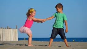 Jeu de garçon et de fille sur la plage clips vidéos