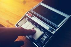 Jeu de la cassette sonore dans le joueur de cru image stock