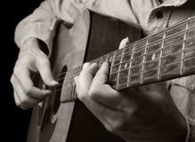 Jeu de la guitare acoustique Image libre de droits