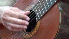 Jeu de la guitare acoustique banque de vidéos