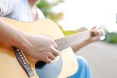 Jeu de la guitare acoustique dans la nature au matin photographie stock libre de droits