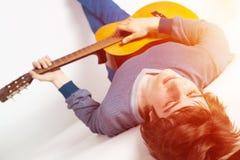 Jeu de la guitare comme concept de passe-temps photographie stock libre de droits