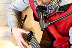 Jeu de la guitare et chant Photo stock