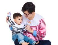 Jeu de mère avec son fils images libres de droits