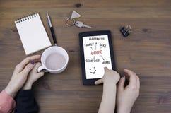 Jeu de mère et d'enfant à la tablette Amour, et concept de la famille Image libre de droits