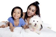Jeu de mère et d'enfant avec le chien sur le studio Photographie stock