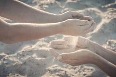 Jeu de mère et d'enfant avec le sable r Image libre de droits