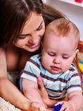 Jeu de mère et d'enfant Bébé avec l'amusement de maman à la maison Image stock