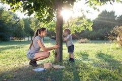 Jeu de mère et d'enfant en bas âge Photos libres de droits