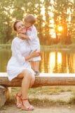 Jeu de mère et d'enfant en parc d'automne Photos stock