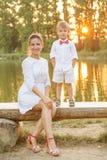 Jeu de mère et d'enfant en parc d'automne Photo libre de droits