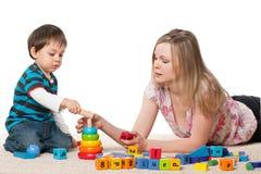 Jeu de mère et de fils avec des blocs Image stock