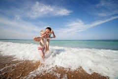 Jeu de mère et de fils dans les vagues Image libre de droits