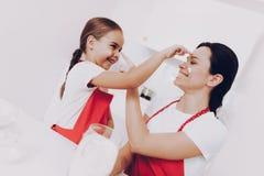 Jeu de mère et de fille en farine de tache de jeu image stock