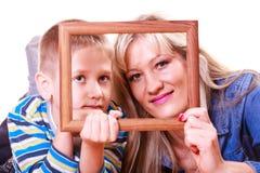Jeu de mère et de fils avec le cadre vide image stock