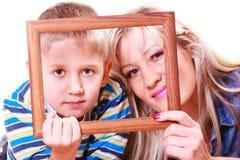 Jeu de mère et de fils avec le cadre vide photos stock