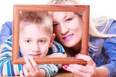 Jeu de mère et de fils avec le cadre vide photo libre de droits