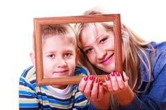 Jeu de mère et de fils avec le cadre vide images libres de droits