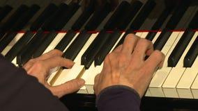 Jeu de mains de pianiste de musique de piano banque de vidéos