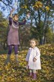 Jeu de maman et de descendant photographie stock libre de droits