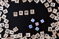 JEU DE MOTS avec les lettres en bois sur le conseil noir avec des matrices et le lette Images stock