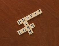 Jeu de mots croisé avec le risque de mots, de profits et pertes Manageme de risque images stock
