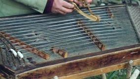 Jeu de musicien sur le cimbalom traditionnel Instrument musical traditionnel banque de vidéos