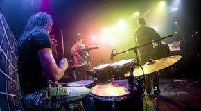 Jeu de musiciens sur la scène Photographie stock libre de droits