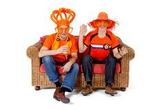 Jeu de observation de ventilateur de football de deux Néerlandais Image stock