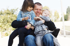 Jeu de papa avec le fils et la fille Photos stock