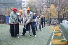 Jeu de personnes plus âgées au golf miniature photo libre de droits