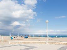 Jeu de personnes sur la grande plage Photographie stock libre de droits