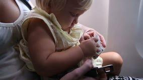 Jeu de petit enfant avec la boucle de ceinture de sécurité dans l'avion clips vidéos