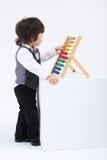 Jeu de petit garçon avec l'abaque coloré Images stock