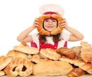 Jeu de petite fille avec des petits pains Photographie stock libre de droits