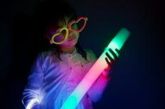 Jeu de petite fille avec les lumières colorées photos stock
