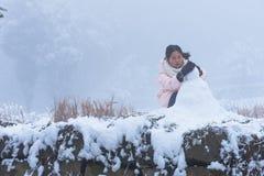 Jeu de petite fille dans la neige Photographie stock libre de droits