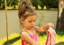 Jeu de petite fille et vêtements de changements Images libres de droits