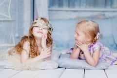 Jeu de petites filles dans leur chambre Image stock