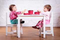 Jeu de petites filles sur la table Images libres de droits