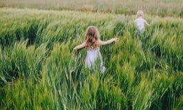 Jeu de petits enfants couru loin à la finition photos stock