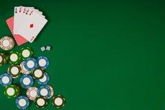 Jeu de poker en ligne avec des puces et des cartes Photos stock