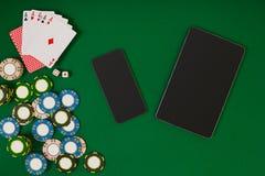 Jeu de poker en ligne avec des puces et des cartes Photo libre de droits