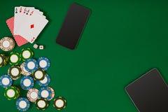 Jeu de poker en ligne avec des puces et des cartes Images stock