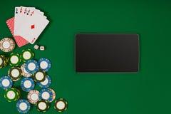 Jeu de poker en ligne avec des puces et des cartes Photographie stock libre de droits
