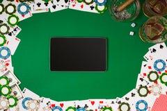 Jeu de poker en ligne avec des puces et des cartes Photos libres de droits