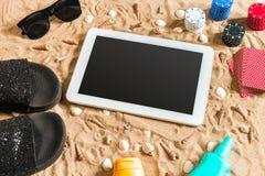 Jeu de poker en ligne sur la plage avec le comprimé numérique et les piles de puces Vue supérieure Photos stock