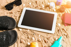 Jeu de poker en ligne sur la plage avec le comprimé numérique et les piles de puces Vue supérieure Image stock