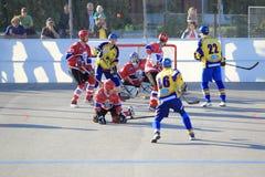 Jeu de pouvoir dans l'hockey de boule Image stock