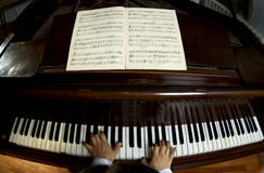 Jeu de professeur de piano grand-angulaire Images stock